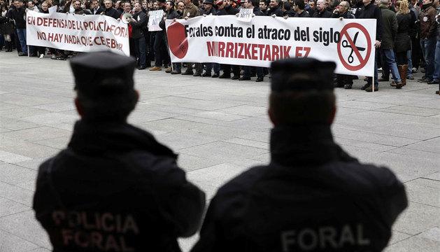 Unos 200 agentes han permanecido durante cerca de una hora ante la sede del Gobierno de Navarra.