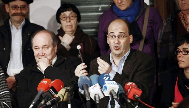 El portavoz y el abogado de la Asociación de Consumidores Kontuz!, Patxi Zamora (c) y Pablo Ibáñez (i), durante la rueda de prensa de este miércoles.