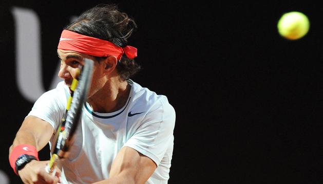 El tenista español Rafael Nadal devuelve la pelota al italiano Fabio Fognini durante el partido de segunda ronda correspondiente al torneo de tenis de Roma