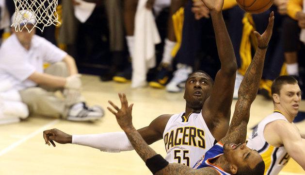 El jugador de los Pacers de Indiana Roy Hibbert (i) bloquea un lanzamiento de J.R. Smith de los Knicks de Nueva York.