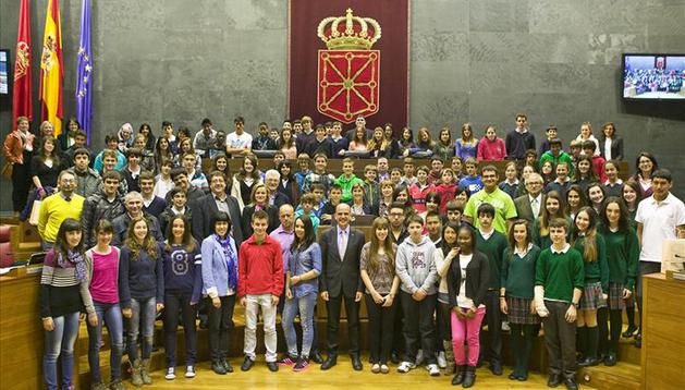 Alberto Catalán, con los estudiantes que han participado en el Pleno