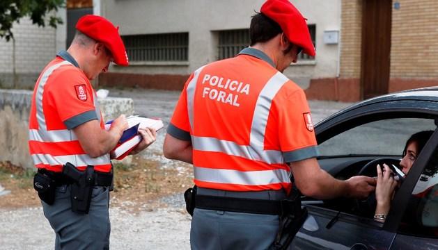 Dos agentes de la Policía Foral, durante un control de alcoholemia.