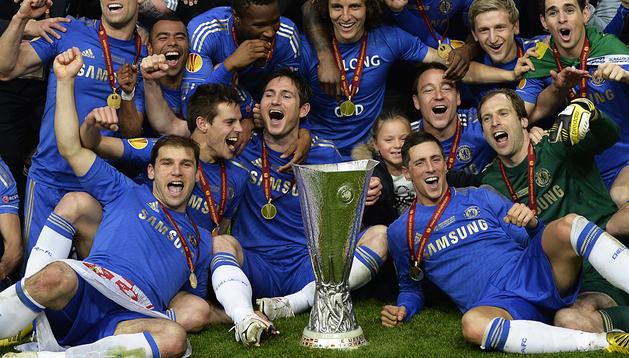 César Azpilicueta celebra sobre Ivanovic y junto a Lampard, así como el resto del equipo, el título de Europa League