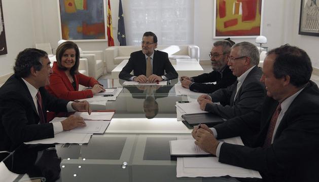 Mariano Rajoy (3i), conversa con el presidente de la CEOE, Juan Rosell (i); la ministra de Empleo, Fátima Báñez (2i); el secretario general de UGT, Cándido Méndez (3d); el secretario general de CCOO, Ignacio Fernández Toxo (2d)