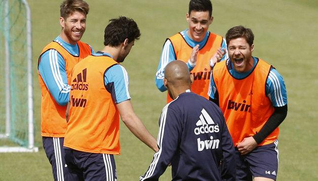 Xabi Alonso (dcha), durante el entrenamiento de este jueves del Real Madrid