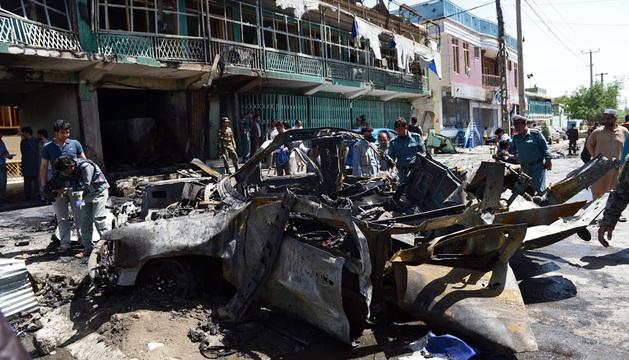 El terrorista impactó el coche cargado de explosivos contra el convoy militar.