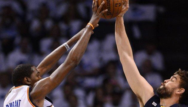 Marc Gasol (dcha) defiende a Kevin Durant, estrella de Oklahoma