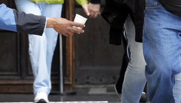 Un mendigo pide limosna en una calle de Valencia