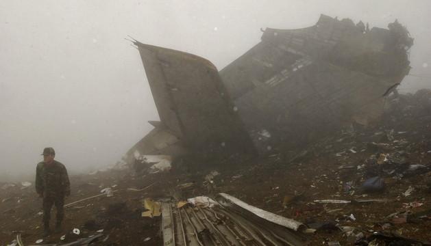 Fotografía tomada en Trabzon (Turquía), el 27 de mayo de 2003, del lugar del accidente del avión Yakolev 42.
