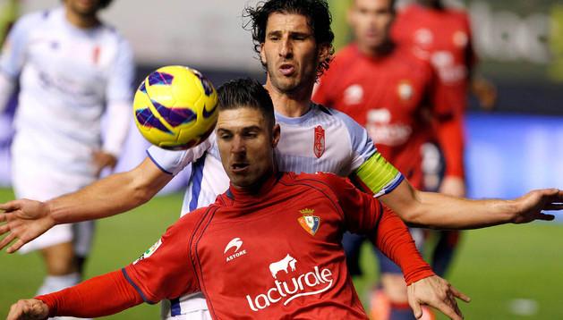 Kike Sola pelea un balón durante el partido de la primera vuelta ante el Granada