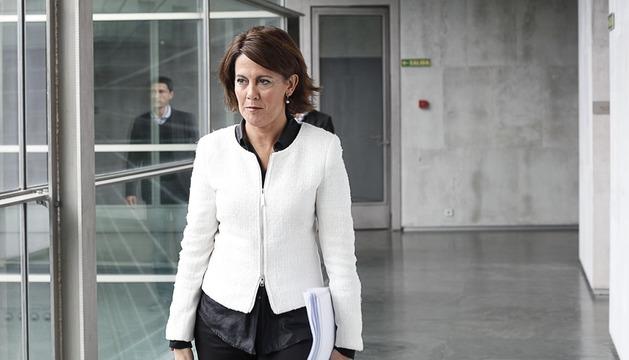 Yolanda Barcina, en un pasillo del Parlamento foral, esta mañana.