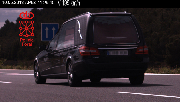 Imagen del coche fúnebre que circulaba a 199 km/h.
