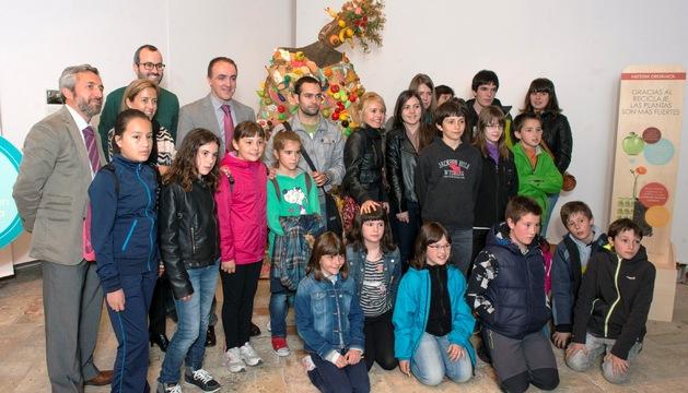 El consejero Esparza, junto con escolares que han realizado las figuras y con representantes de las entidades colaboradoras.