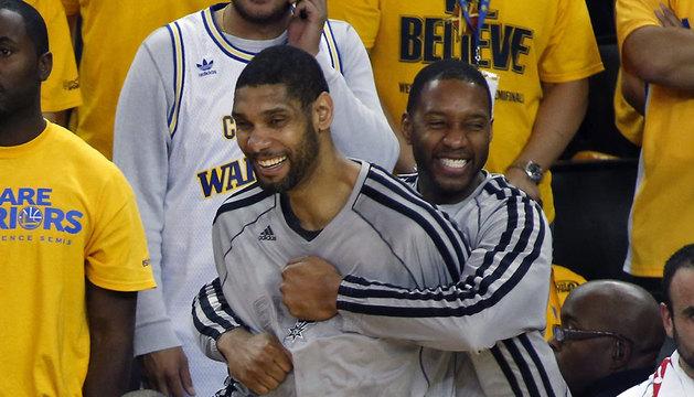 Los jugadores de los Spurs de San Antonio Tim Duncan (izq) y Tracy McGrady (dcha).