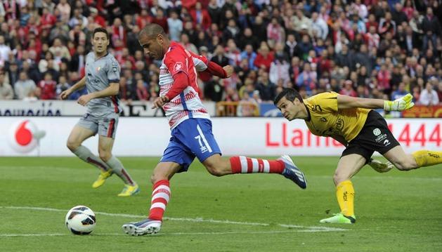 Aranda supera a Andrés Fernández en una clara oportunidad que falló el exrojillo en la primera mitad