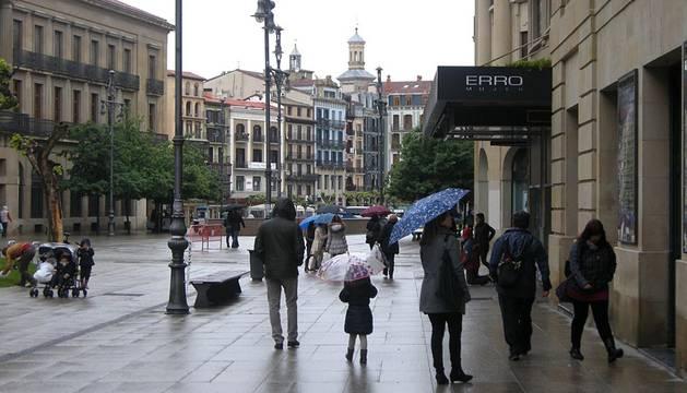 Los pamploneses han tenido que sacar el paraguas este sábado, ya que la lluvia ha sido la protagonista de este día.