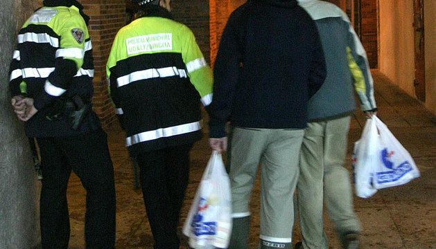 Policías Municipales junto a jóvenes que hacían un botellón en Yamaguchi.