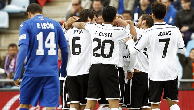 Los jugadores del Valencia celebran el gol marcado por su compañero, el francés Jérémy Mathieu, contra el Getafe