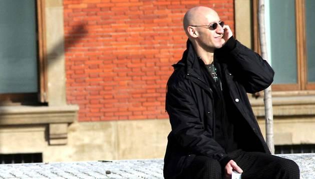Un hombre habla por teléfono en la plaza del Baluarte.