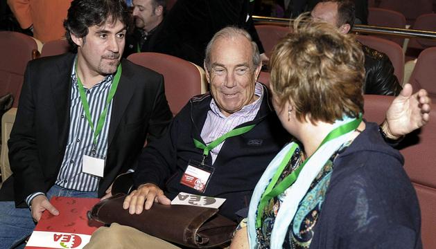 El secretario general de Eusko Alkartasuna (EA), Pello Urizar (i), conversa con el fundador del partido y exlehendakari, Carlos Garaikoetxea (c).