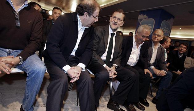 El presidente del Gobierno, Mariano Rajoy (3i), junto al presidente de la Junta de Castilla y León, Juan Vicente Herrrera (2i).