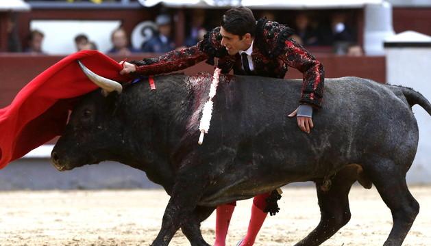 Alejandro Talavante durante su faena con la muleta en su primer toro