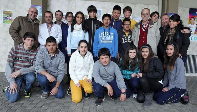 Algunos de los alumnos y profesores de Salesianos que participarán en el Gran Recogida, en el colegio.