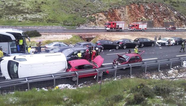 Varios de los vehículos que se han visto implicados en una colisión múltiple ocurrida hoy en la autovía A-1, en sentido Irún, a la altura de la localidad segoviana de Honrubia de la Cuesta