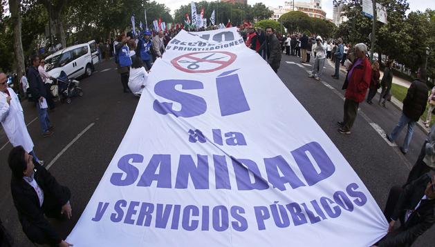 Detalle de una pancarta que se ha podido ver durante la manifestación de la Marea Blanca, organizada por la Mesa en Defensa de la Sanidad Pública en Madrid