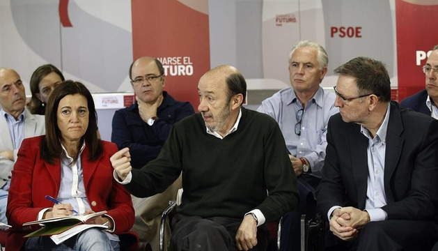 Alfredo Pérez Rubalcaba (c), durante la reunión sobre el Plan de Reactivación Económica
