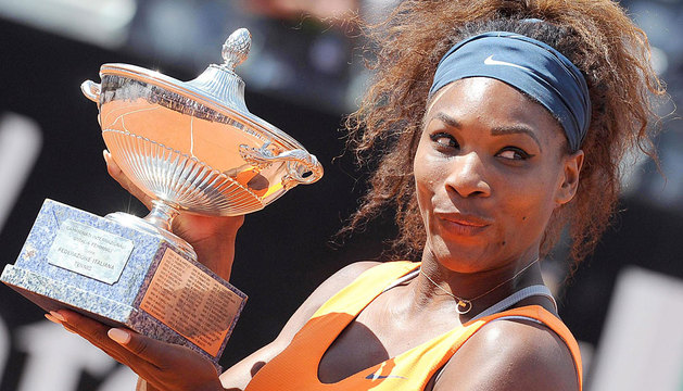 Serena Williams levanta su copa en Roma.