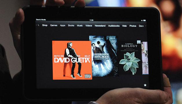 Un usuario sujeta una tableta en una convención.