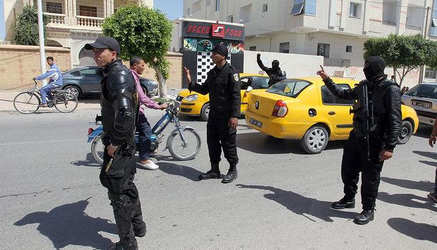 Policías tunecinos en un puesto de control en Kairouan.