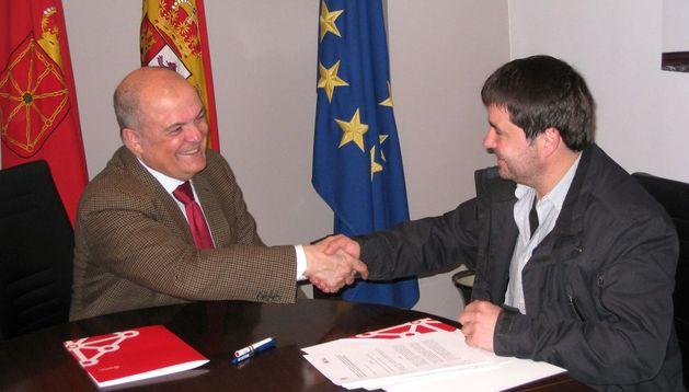 El consejero de Fomento, Luis Zarraluqui, y el alcalde de Adiós, Andrés Pérez Goñi.
