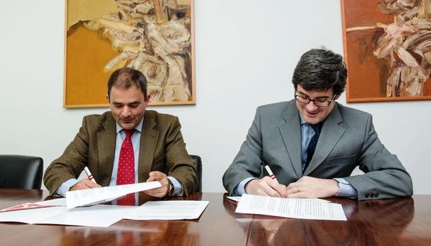 Iribas (dcha) y Sáenz de Miera (izda) durante la firma del convenio.
