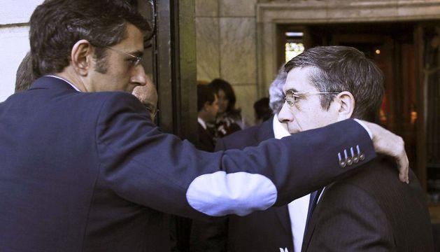 El secretario general del PSE, Patxi López, conversa con el secretario general del grupo socialista en el Congreso, Eduardo Madina (i), tras finalizar la conferencia que ha pronunciado este lunes.