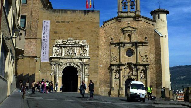 Fachada del Museo de Navarra e Iglesia de Santo Domingo.