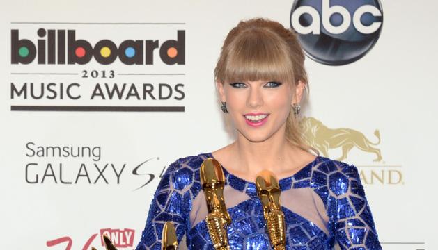 Taylor Swift posa con sus ocho galardones.