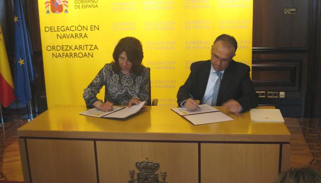 Firma del acuerdo entre Carmen Alba y Enrique Maya.