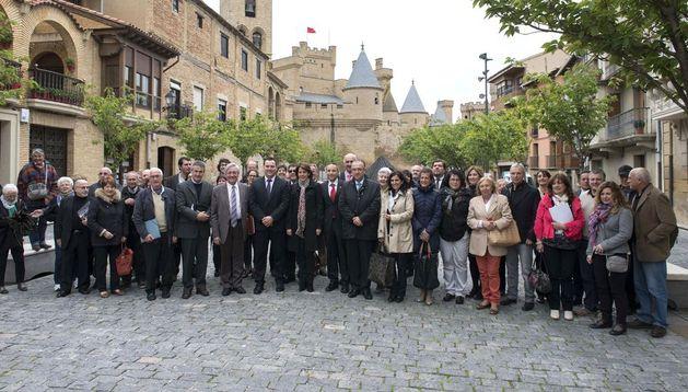 La Presidenta Barcina, en el centro, junto con las autoridades y asistentes al seminario, en Olite.