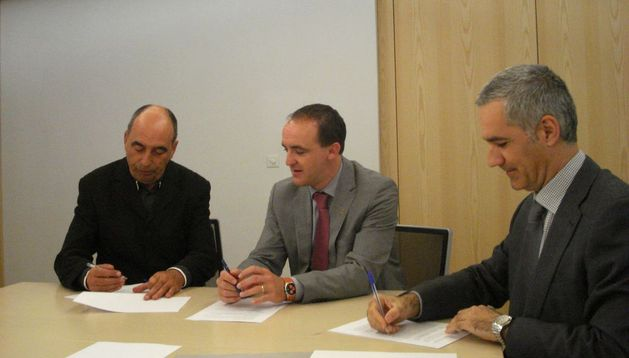 Carlos Bienzobas, el consejero Esparza y Juan Pablo Rebolé, durante la firma del convenio con CPAEN.