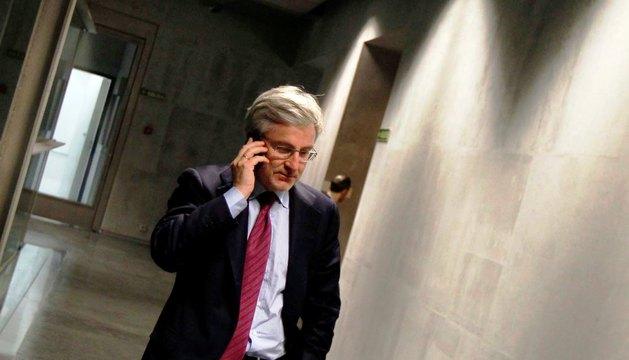 Enrique Goñi, en un receso de su comparecencia en el Parlamento foral el pasado mes de febrero.