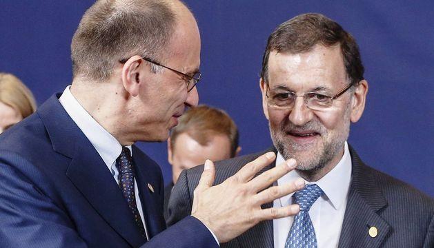 El presidente del Gobierno español, Mariano Rajoy (d), conversa con el primer ministro italiano, Enrico Letta.