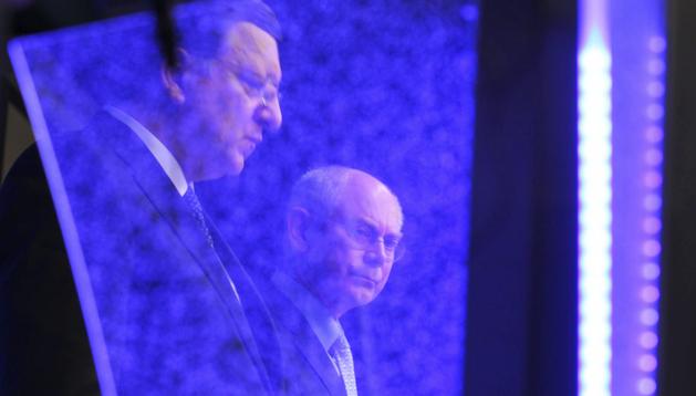 El presidente del Consejo Europeo, Herman Van Rompuy (dcha.), y el presidente de la Comisión Europea (CE), José Manuel Durao Barroso (izda.) tras la cumbre