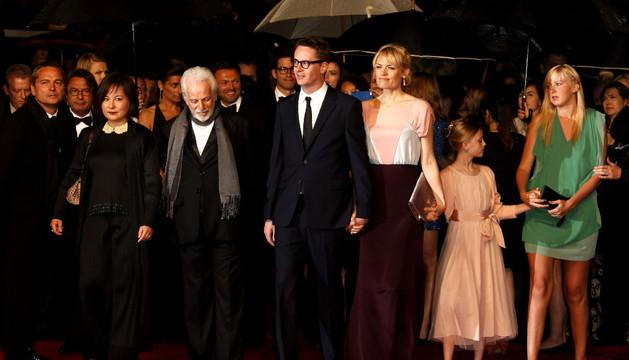 El director danés Nicolas Winding Refn y su esposa, Liv Corfixen (en el centro), llegan para la proyección de la película