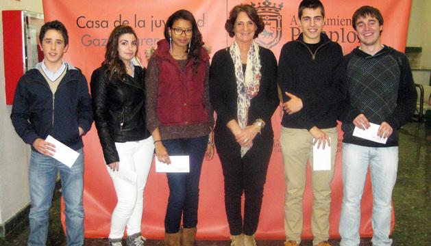 La concejal Paz Prieto posa con los ganadores.