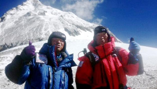 El japonés Yuichiro Miura (dcha.) y su hijo Gota posan en el campo 4 del Everest.