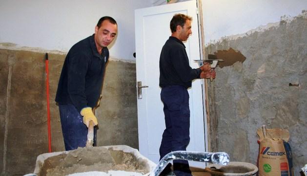 Dos de los trabajadores, durante las labores de reforma en el interior del Teatro.