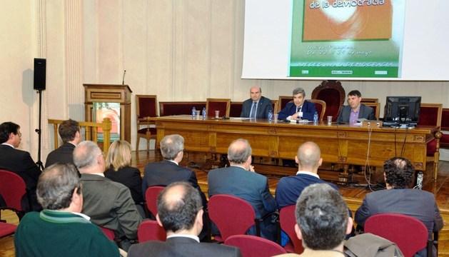 De izda. a dcha., el consejero Morrás, Fernández y Bosch durante la inauguración del congreso.