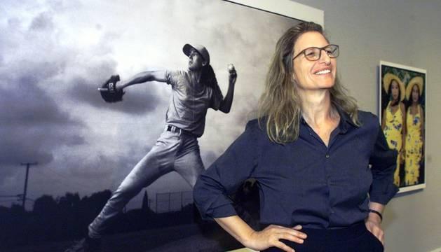 Annie Leibovitz, fotografiada junto a una de sus imágenes en una muestra en Washington.